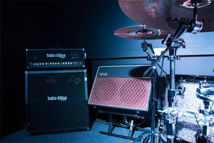 guitar-amps-performance-room