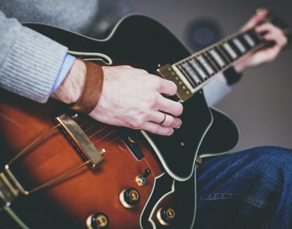 pexels-guitar-closeup02